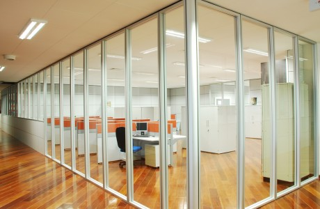 Divisórias são a solução versátil para o seu layout, delimitam e organizam espaço, permitindo luminosidade ou privacidade. Fixas ou articuláveis, cegas ou com vidros, combine materiais.
