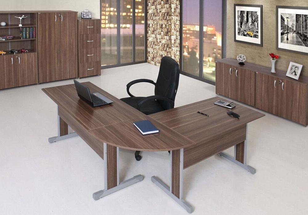 Linha Torres Cetus, mesa em L com pé metal, cadeira presidente preta braço fixo, armário baixo 4 portas