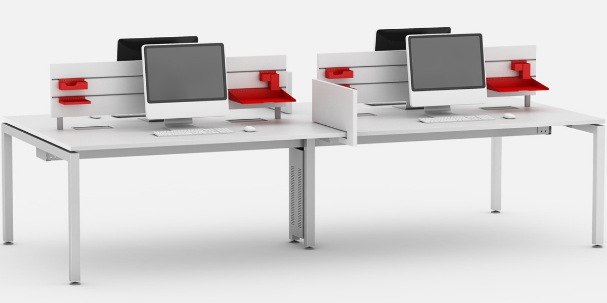 Plataforma de trabalho linear com biombo frisado para colocação de acessórios