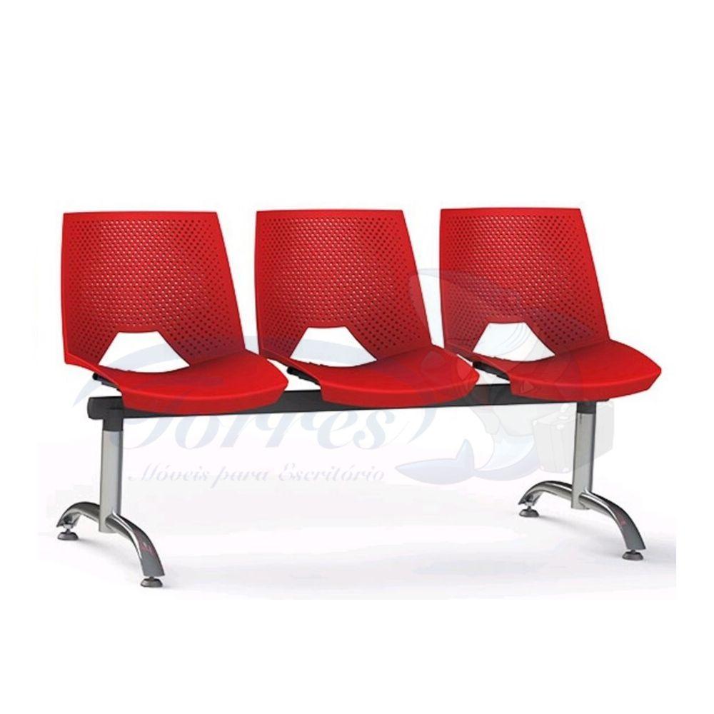 Longarina Strike lugares com pés cromados, assento e encostos em polipropileno.